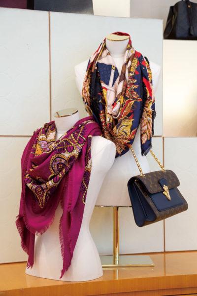例えばスカーフひとつを身に纏うことにより、オーセンティックで優美な雰囲気を醸し出してしまう不思議なアイテム。南国で目にする大胆な色使いのショール、そのアンバランスな対峙に引き込まれていく。